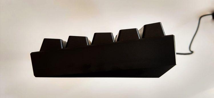 Обзор Corsair K65 RGB Mini сбоку